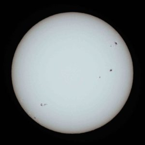 Sun with sunspots By Geoff Elston - Society for Popular Astronomy, Solar section, http://www.popastro.com/solar/solarobserving/chapter.php?id_pag=30, CC BY 4.0, https://commons.wikimedia.org/w/index.php?curid=35976640