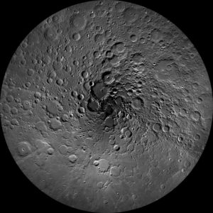 Lunar north pole By NASA/GSFC/Arizona State University - http://wms.lroc.asu.edu/lroc_browse/view/npole (see also http://photojournal.jpl.nasa.gov/catalog/PIA14024), Public Domain, https://commons.wikimedia.org/w/index.php?curid=31697472